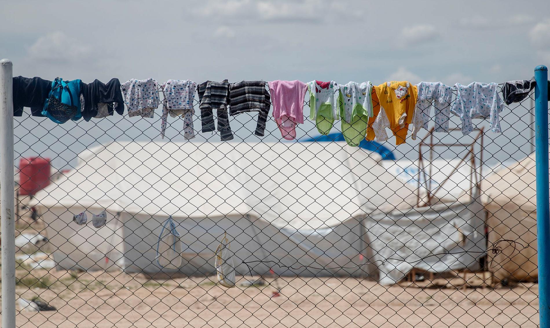 Flyktinglägret al-Hol i Rojava, Syrien där 77 000 IS-kvinnor och barn hålls fångna i väntan på beslut om vart de ska ta vägen. Över 60 barn med svenska rötter finns i lägret och i nuläget vet ingen vad som kommer att hända med dem.