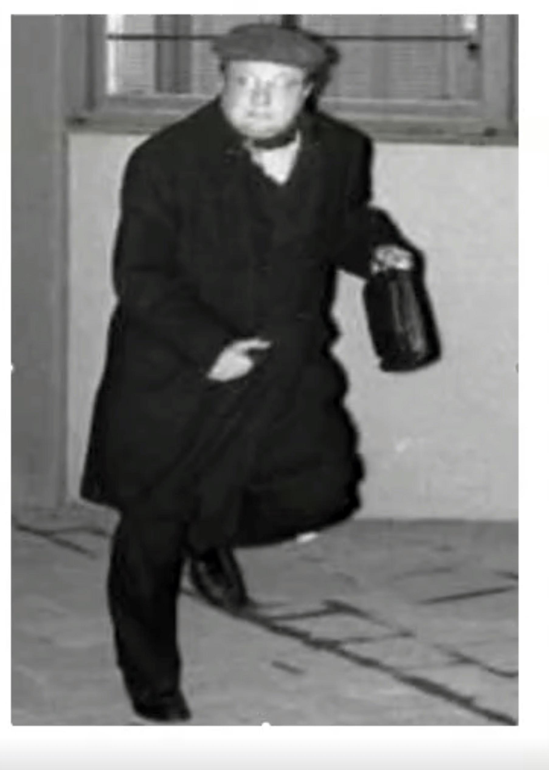 Bild på Engström iklädd de kläder han själv sagt att han bar på mordnatten. Ur Palmeutredningen.