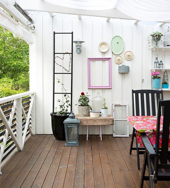 Ända ut i uthuset finns det fina, färgglada stileben.