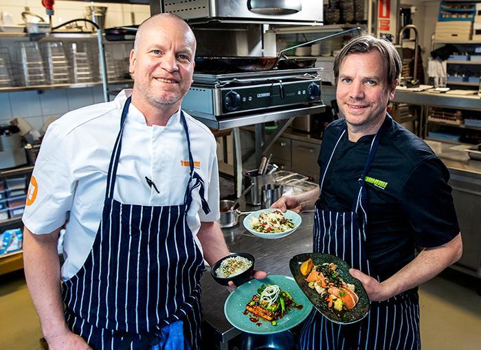 """ENKEL IDÉ Köksmästarna Per Nyquist och Olof Strid lagar hämtmat som ska vara god och kunna värmas upp hemma. """" Vi försöker välja rätter som är enkla att göra klara"""", säger Olof Strid."""