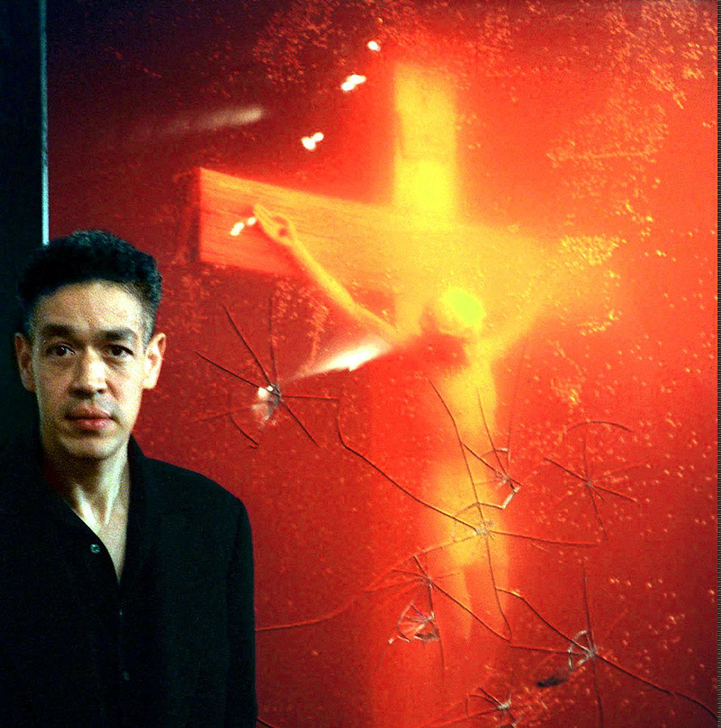 """Amerikanske fotografen Andres Serrano vid sitt vandaliserade verk """"Piss Christ"""" 1997, en bild på ett krucifix nedsänkt i konstnärens urin."""