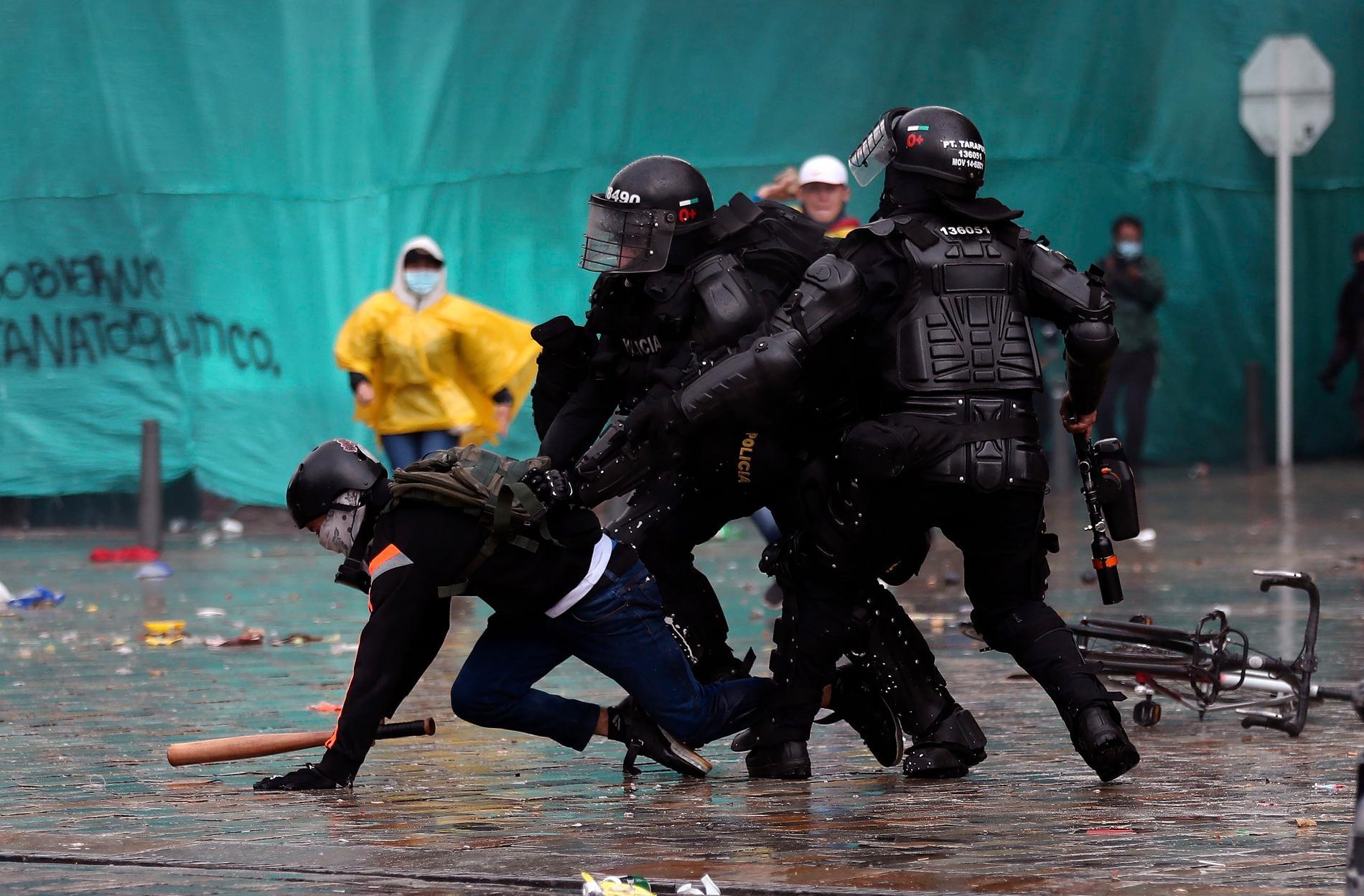 Demonstranter drabbar samman med polis i Colombias huvudstad Bogota.