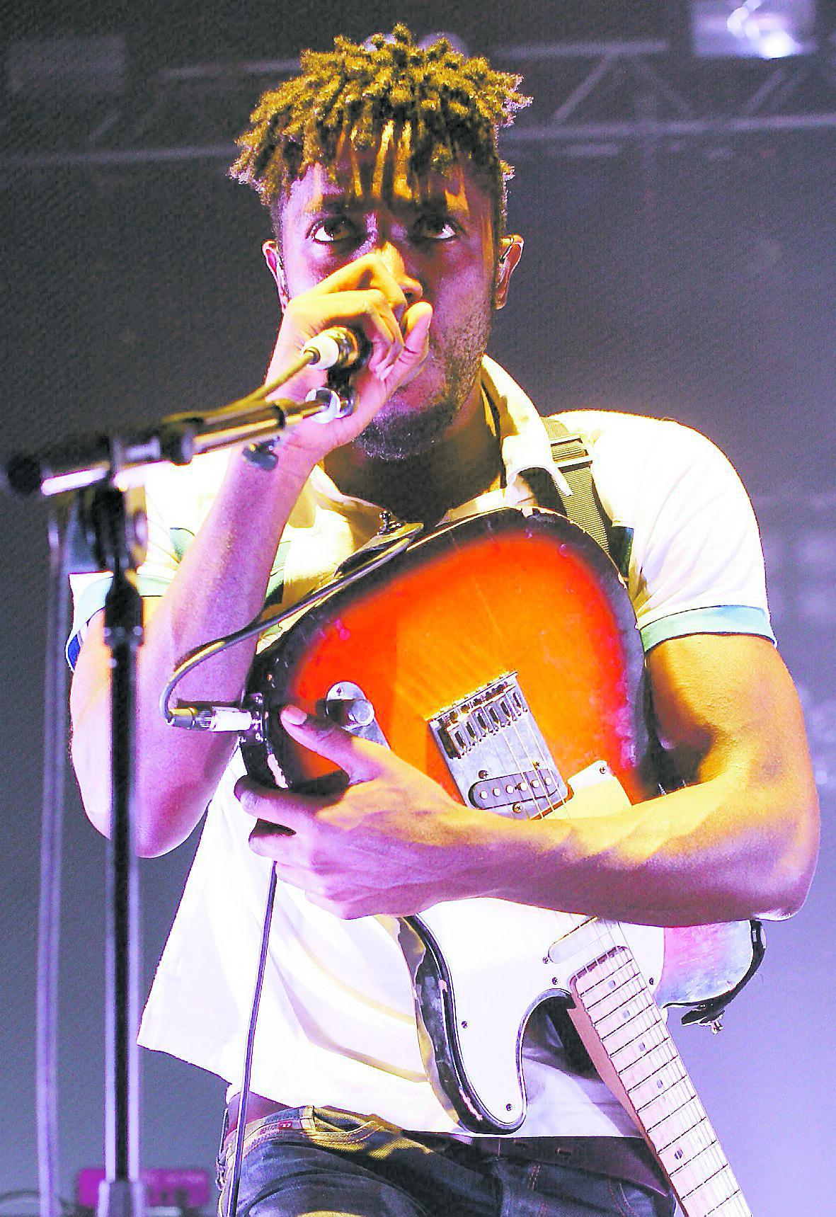 Sångaren Kele Okereke får igång publiken på Cirkus.