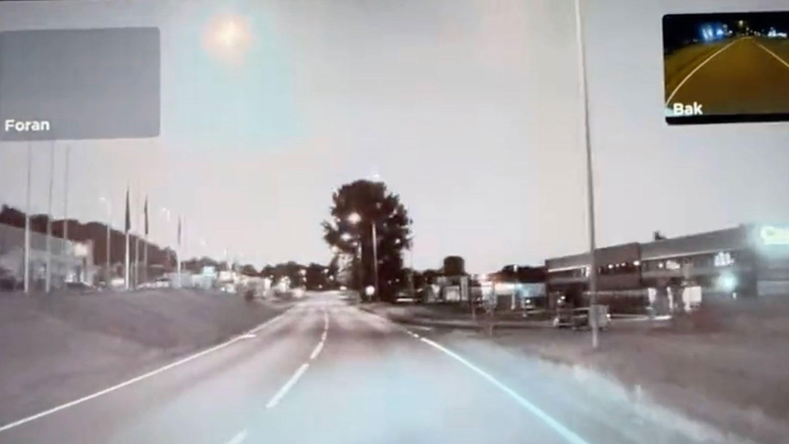 Halvor Svenning, 39, var ute och åkte med sin bil i Larvik, söder om Oslo. Han lyckades spara ner bilderna på meteoren från bilens kamera.