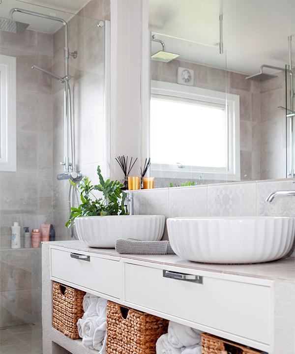 Vitt och naturfärgat i badrummet. Komod och handfat från Svedbergs och korglådor från Jysk.