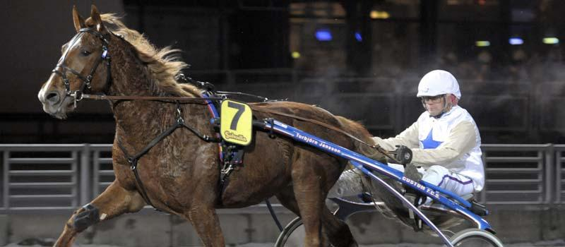Momo Axe kan i dag ta karriärens första seger. Hästen kommer till start på Eskilstuna i V65-3.