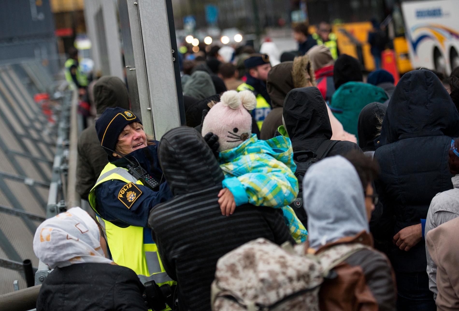 Ankommande flyktingar vid Hyllie station i Malmö, november 2015.