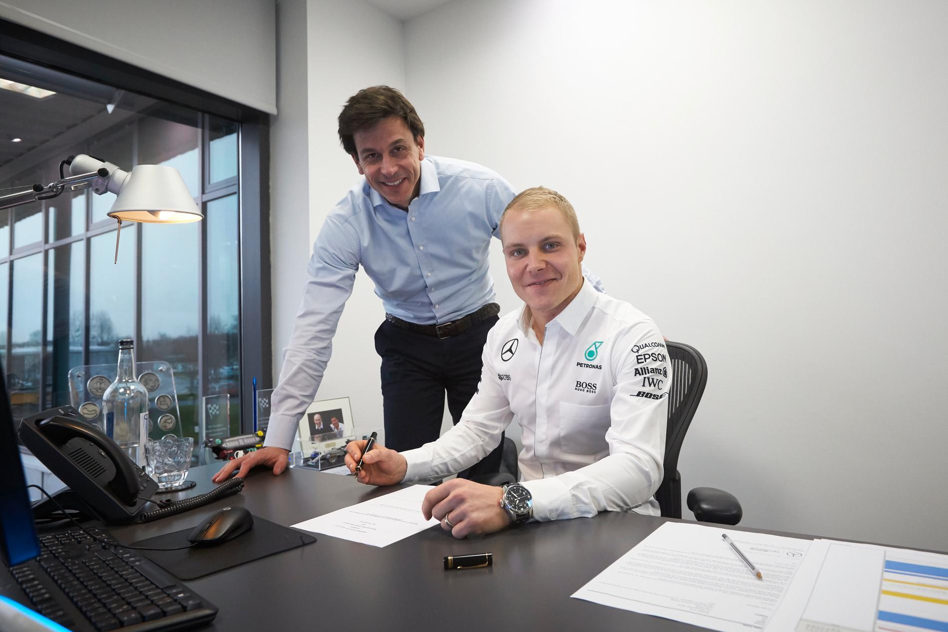 Valtteri Bottas och Mercedes teamchef Toro Wolff undertecknar kontraktet.