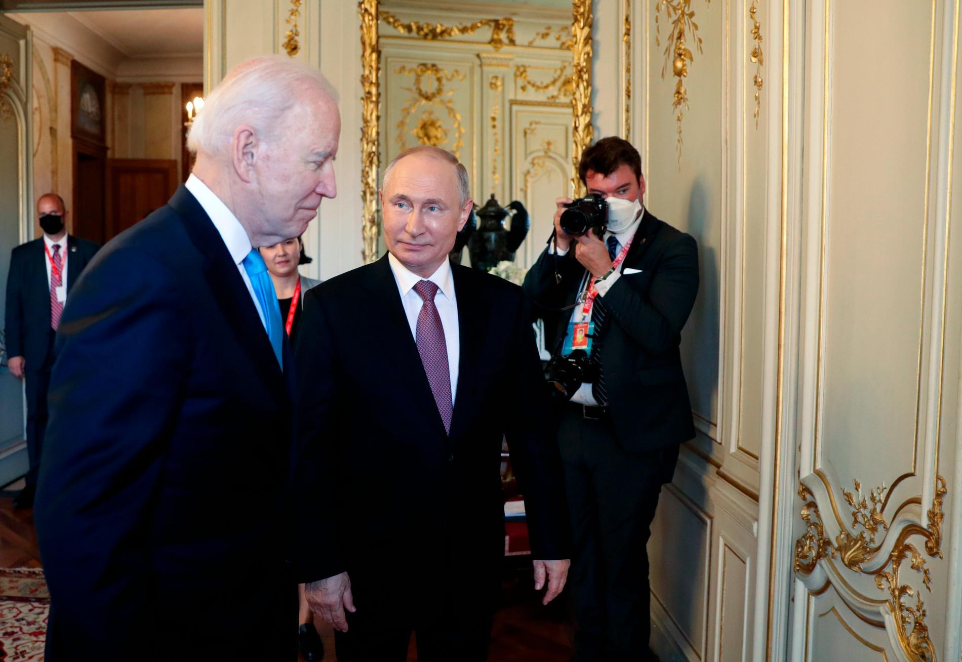 USA:s president Joe Biden med Rysslands motsvarighet Vladimir Putin vid ett toppmöte i Genève den 16 juni.