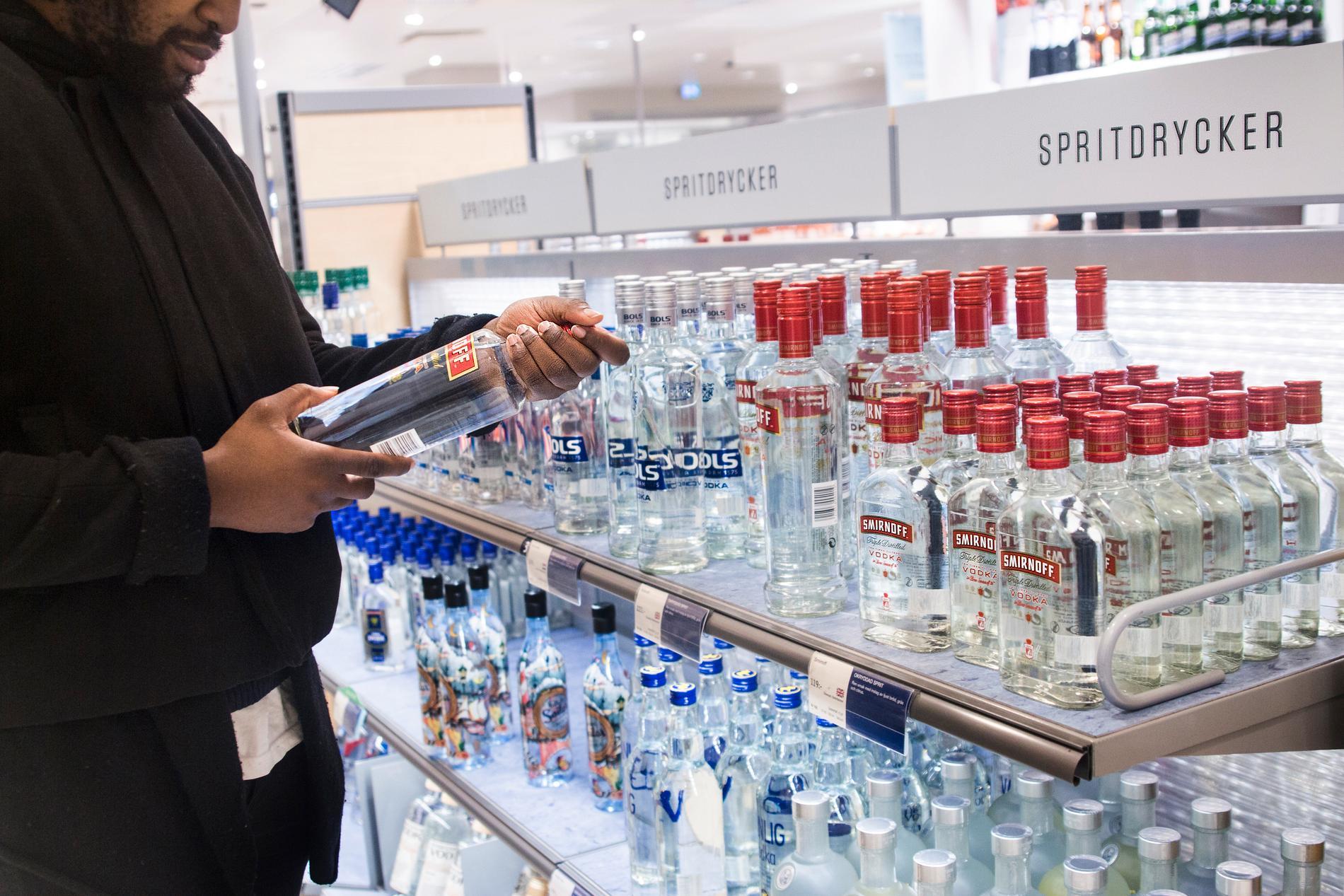 Höjd skatt på alkohol och tobak ska vara med och betala upprustningen av försvaret. Arkivbild.