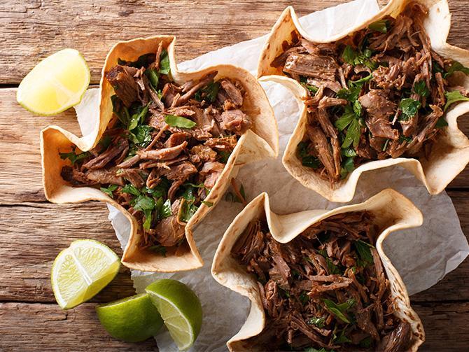 Pulled beef – servera det goda köttet i korgar av tortillabröd.