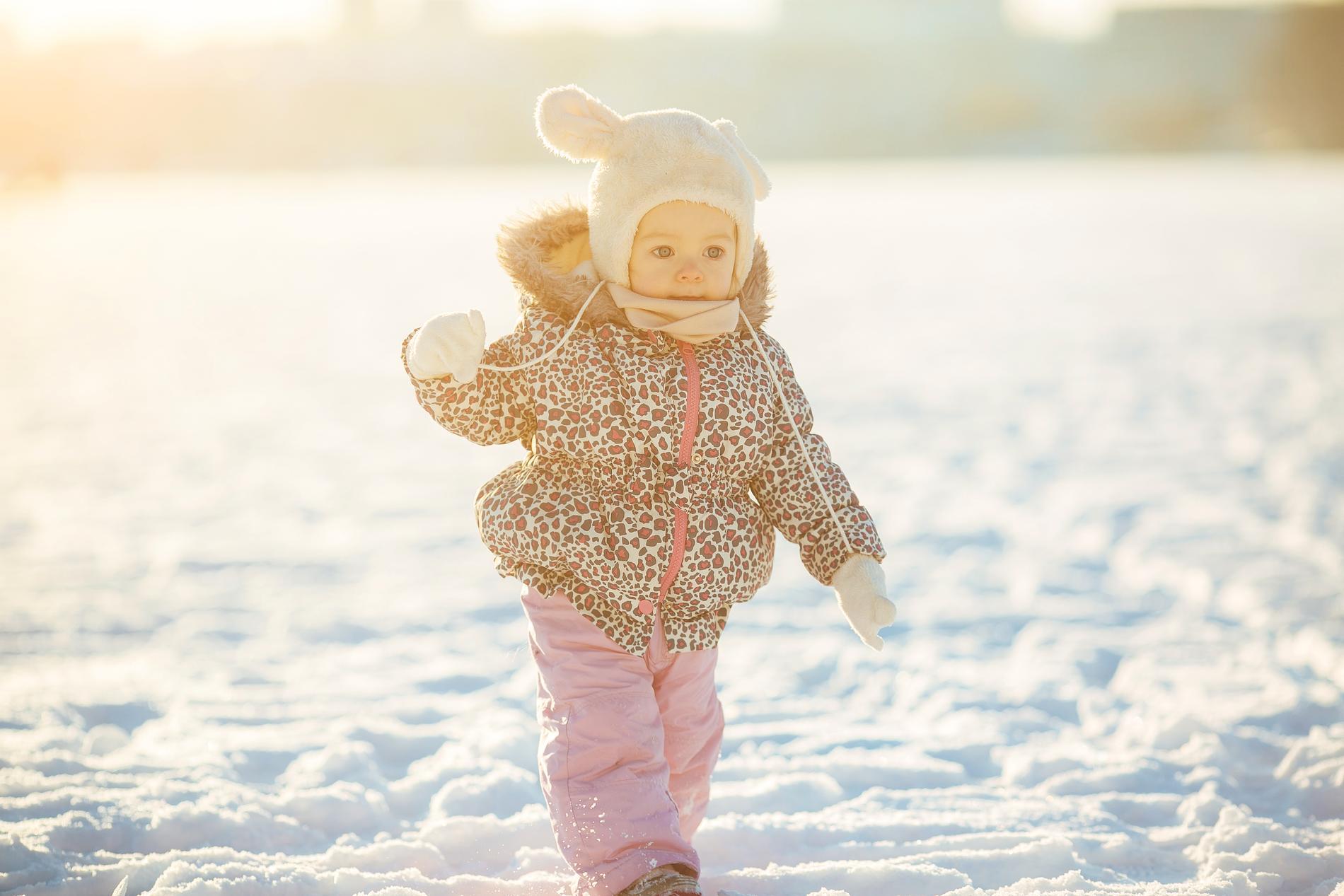 Hur klär man sitt barn rätt? Och hur undviker man kalla fötter? Eller att barnet faktiskt blir för varmt.