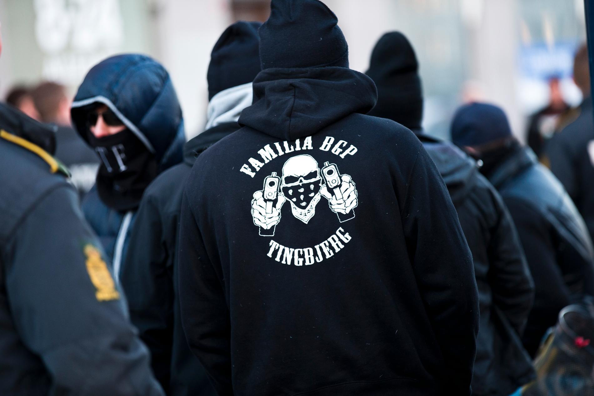 Det kriminella gänget Loyal to familia (LTF) marknadsförde sig hårt med exempelvis luvtröjor med sin logga på. Sedan hösten 2018 har LTF varit förbjudet i Danmark. Arkivbild.