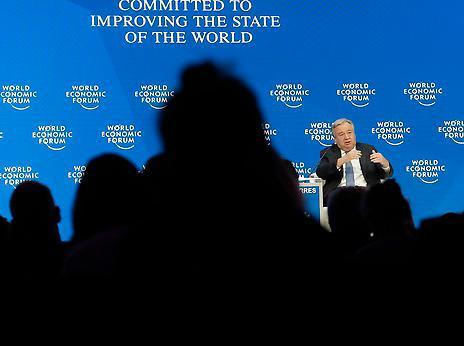 Elitbyråkratgruppens idéer implementeras av mellanstatliga organisationer som Världsbanken, G20 och World economic forum.