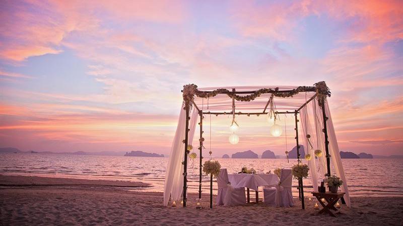 Njut av en romantisk middag på stranden på Koh Yao Noi.