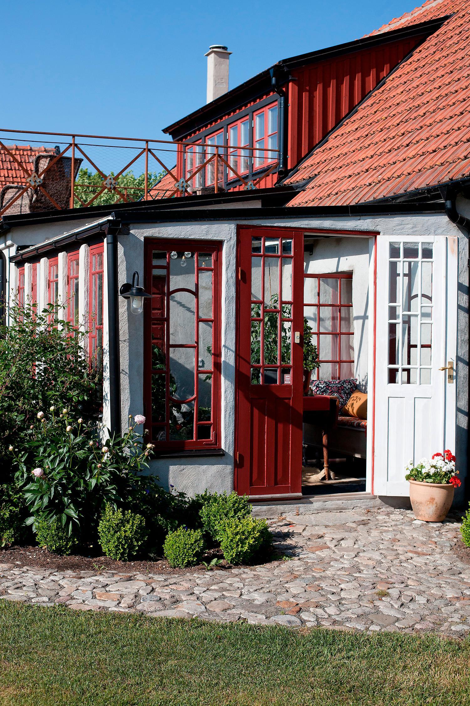 Det vackra orangeriet som ligger i anslutning till det stora köket byggde Anders 2017. De gamla fönstren och dörrarna som Anders hittade på en vind på gården har tidigare suttit på en punschveranda på den stora mangårdsbyggnaden där Anders numera driver hotell.