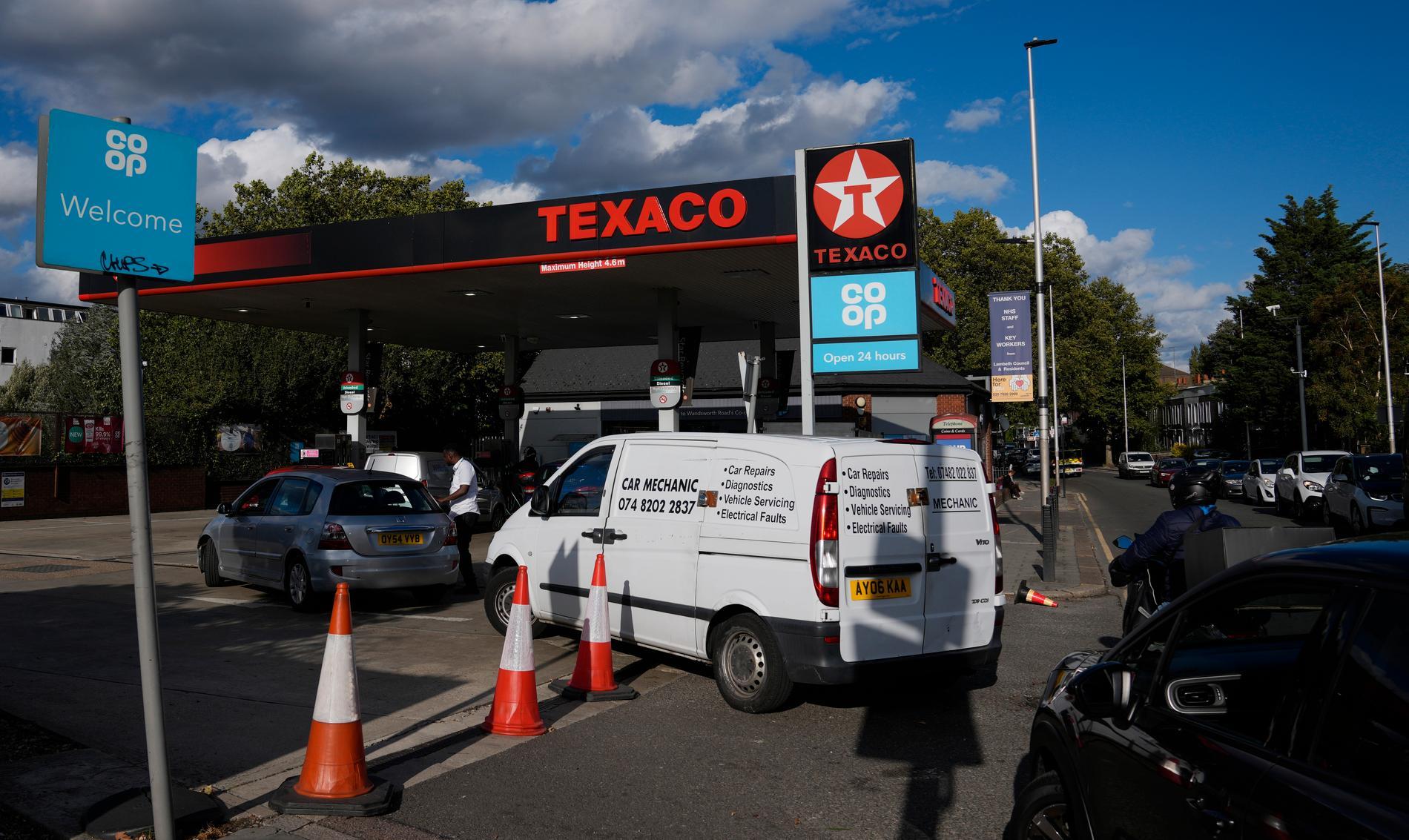 Kö vid brittisk bensinmack.
