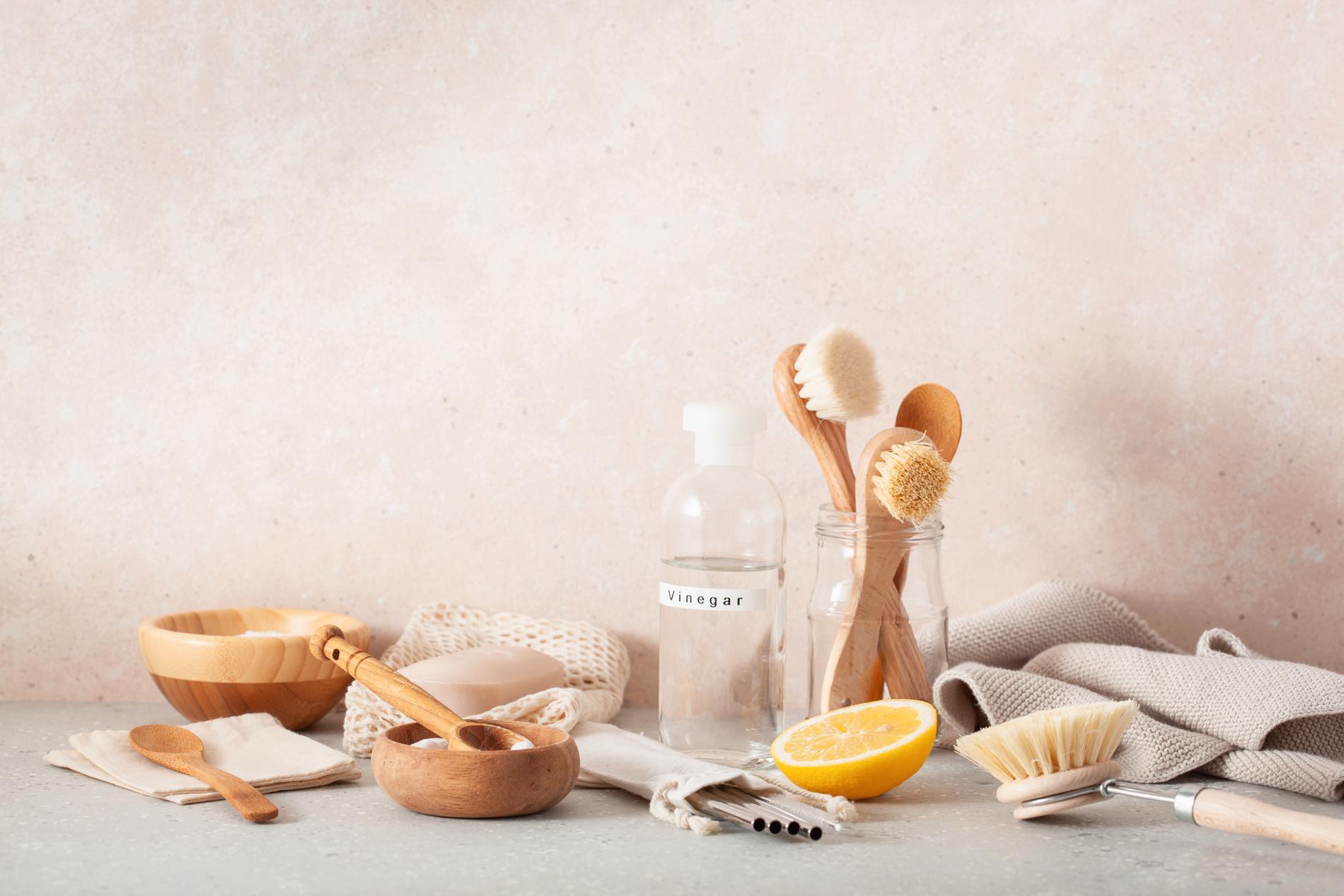 Förutom ättika bör bikarbonat vara en stapelvara i ditt städskåp, enligt Marléne Eriksson.