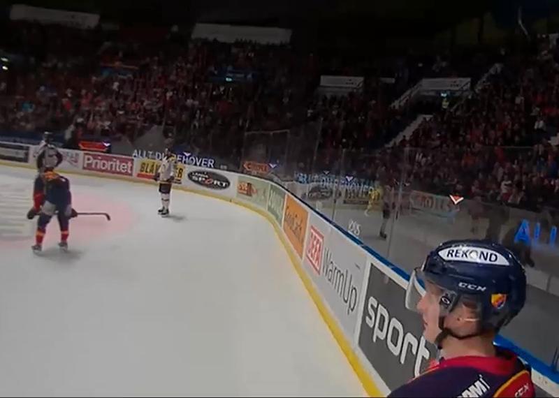 En av huvuddomarna gled fram till Djurgårdens Marcus Sörensen.