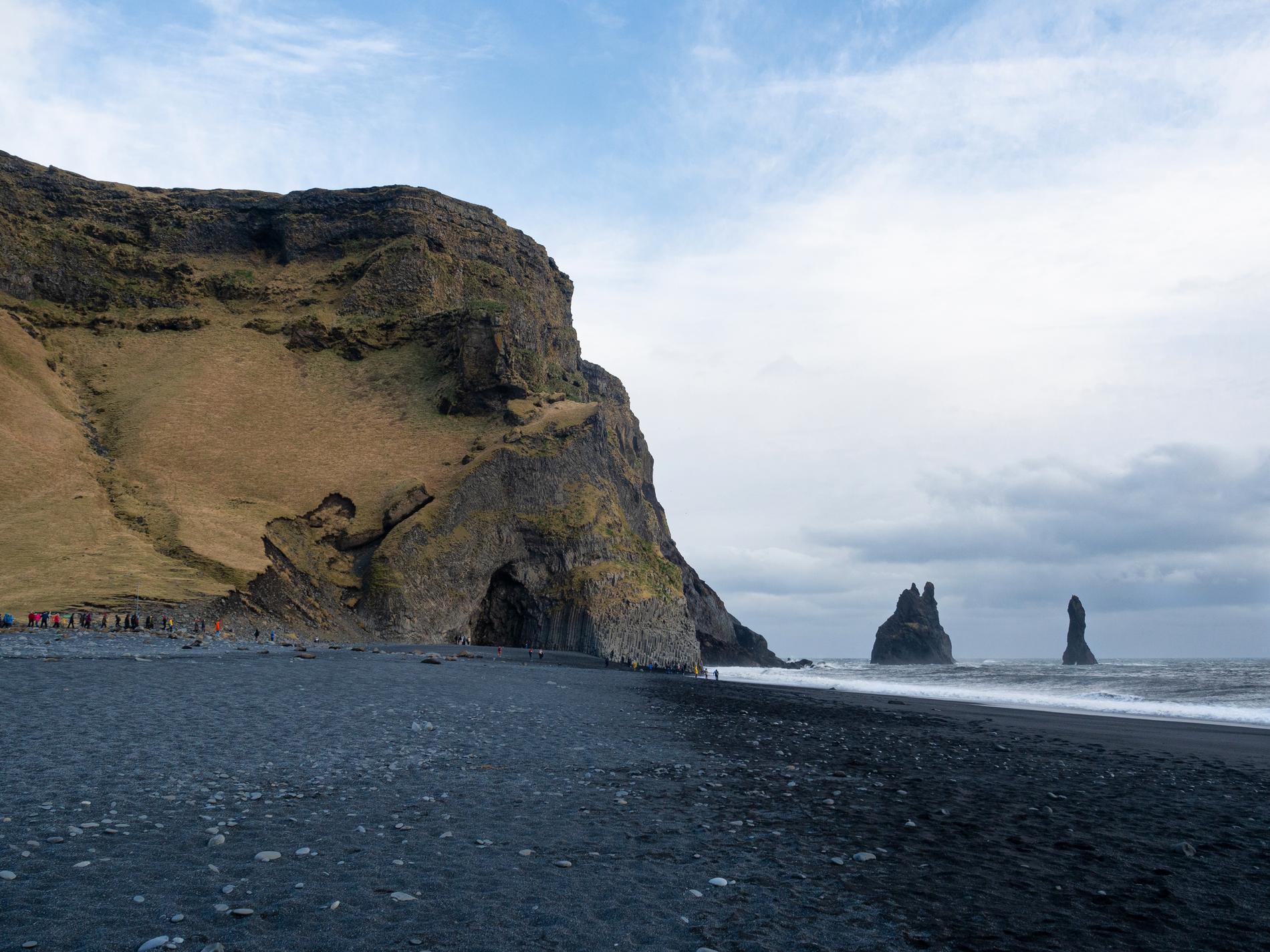 Reynisfjara är en svart sandstrand på Island.