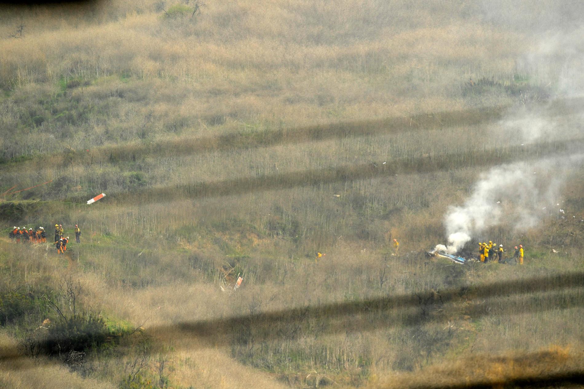 Räddningspersonal vid helikoptern.