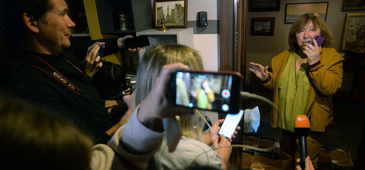 Svetlana Aleksijevitj tog emot journalister i sitt hem den 9 september, som en säkerhetsåtgärd efter att okända män ringt henne och knackat på. Senare kom utländska diplomater, bland annat från Sverige, hem till henne av samma skäl.