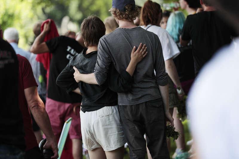 Deltagare i minnesstunden för offren i flygolyckan i Örebro där nio personer omkom.