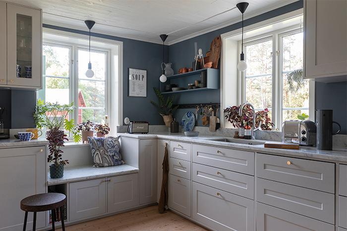 Kökets stommar kommer från Ikea, men luckorna är från Upplands lack & kök. Knopparna är från Norrgavel.