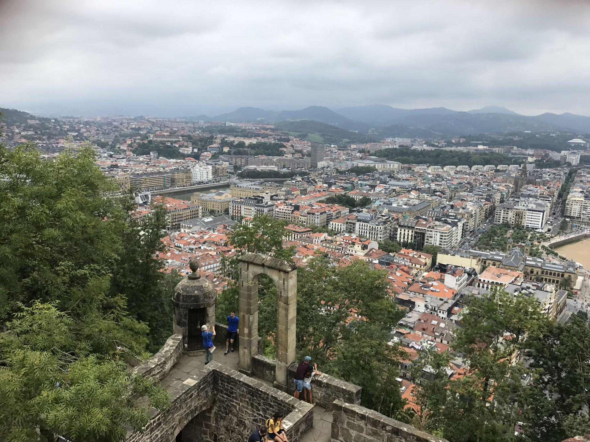 UTSIKT: Från fästningen på Monte Urgull kan du se ner mot gamla stan och La Concha-stranden.