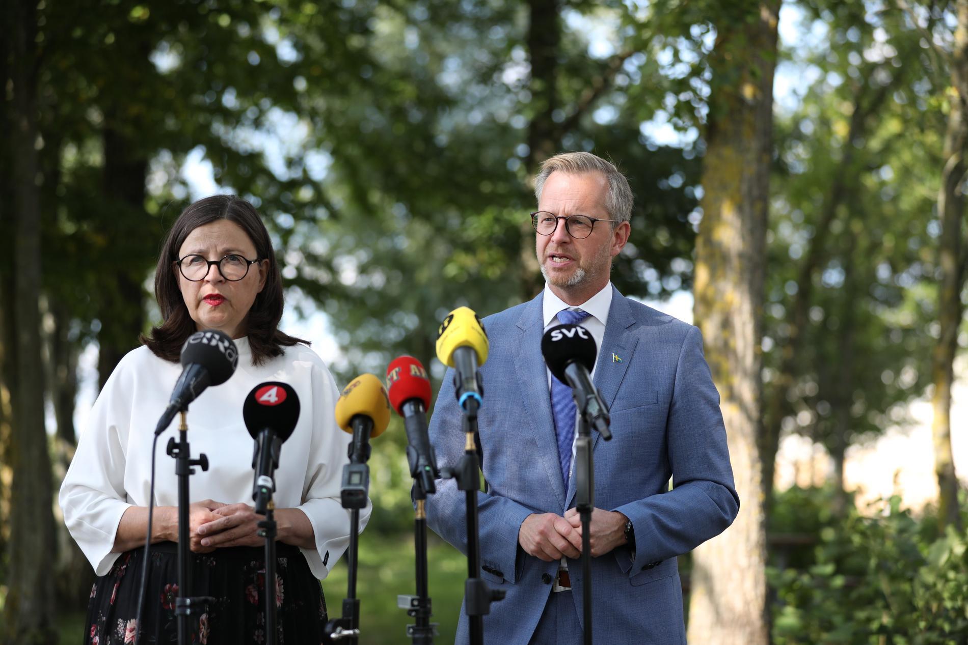 Socialdemokraterna Anna Ekström och Mikael Damberg på en presskonferens i Eslöv.