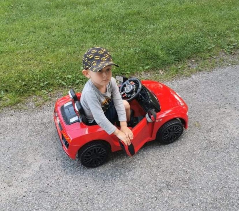 Sedan ett par månader tillbaka utför Sören, 3, skräp-plockningen med hjälp av sin röda elbil.