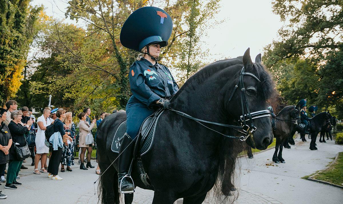 "Flo Kasearus hästperformance ""Disorder patrol"" under konstfestivalen Steirischer Herbst i österrikiska Graz."