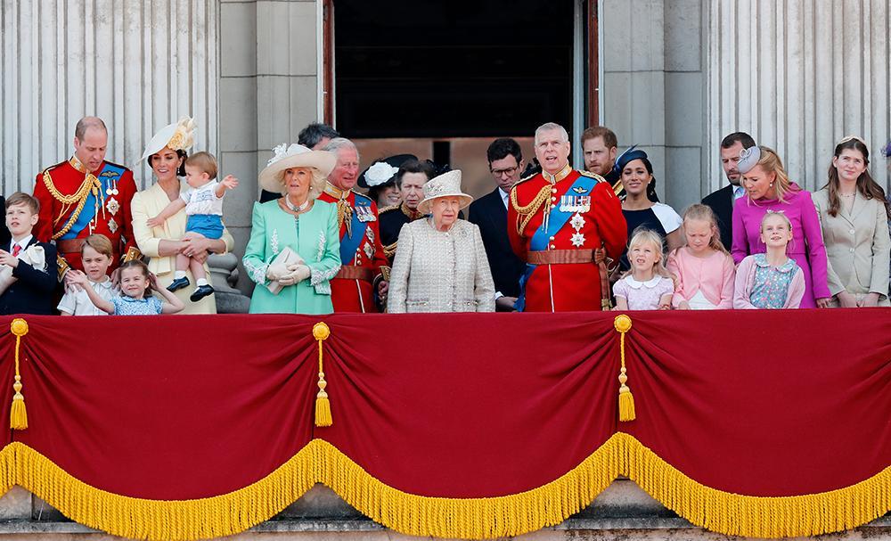 Drottning Elizabeth tvingas till tuffa beslut i kungafamiljen när prins Harry och prins Andrew inte längre är arbetande kungligheter.
