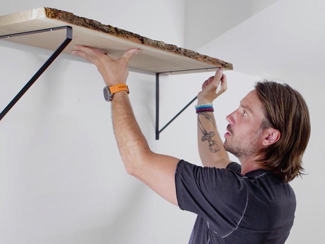 Hantverkaren Daniel Tholén delar med sig av praktiska tips för att få hyllan på plats.