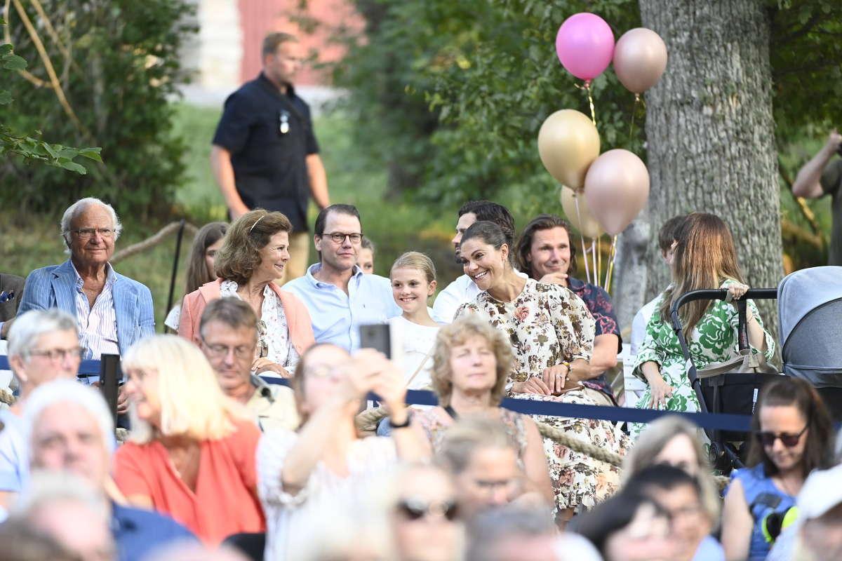 Kungen och drottningen tillsammans med prins Daniel, prinsessan Estelle och kronprinsessan Victoria, i publiken när Carola spelade på Öland.