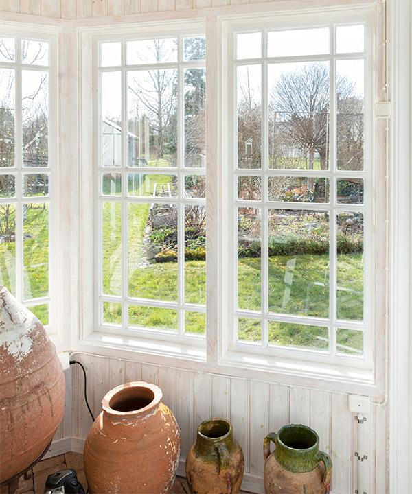 Fönstren i lusthuset har Ingvar själv byggt.