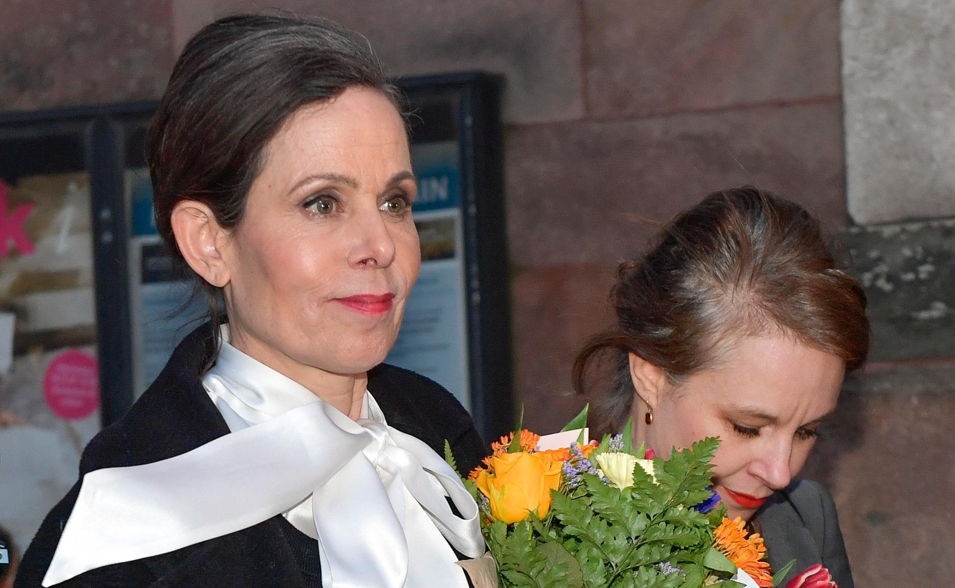 Med högburet huvud och Sara Stridsberg vid sin sida lämnar Sara Danius torsdagens sammanträde i Akademien.