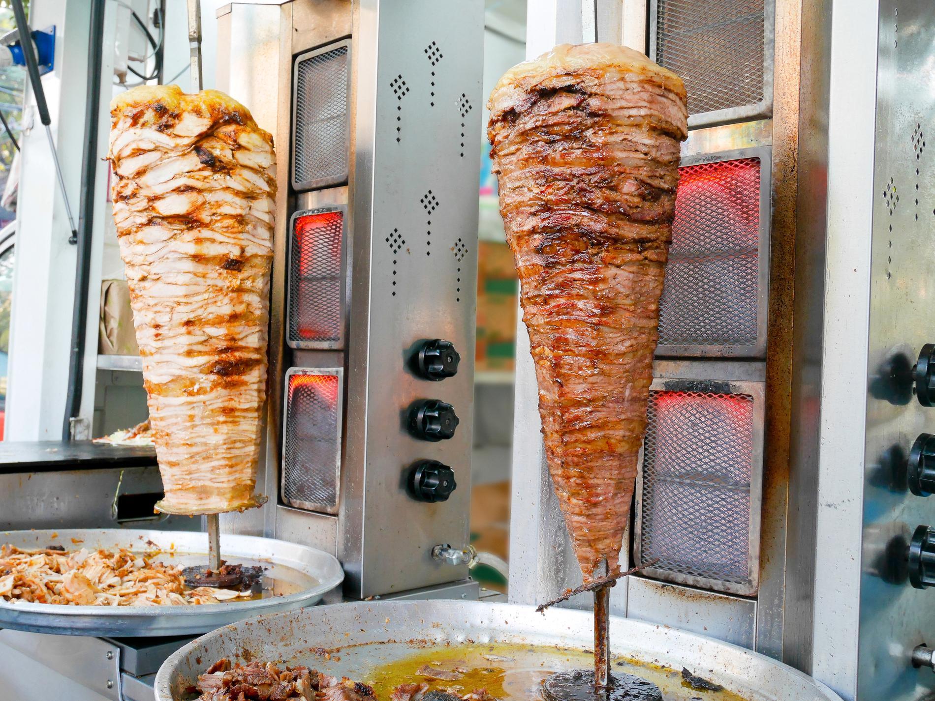 Kebab serveras på många olika sätt. En undersökning har nu tagit tempen på hur svenskar helst äter sin kebab.