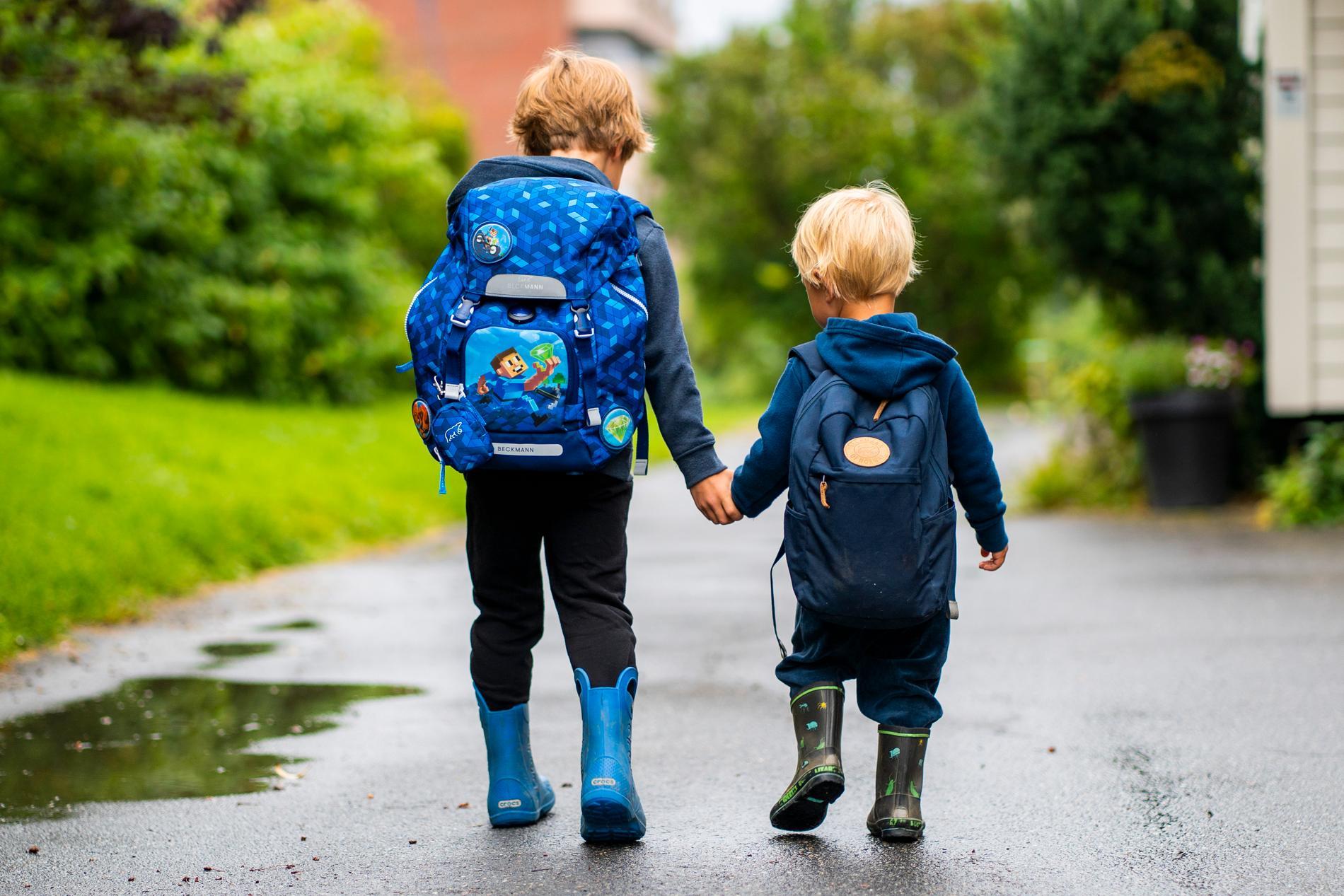 Två barn på väg till förskolan. Arkivbild.