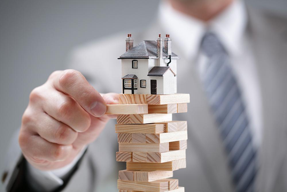 Riskerna på bostadsmarknaden är stora.