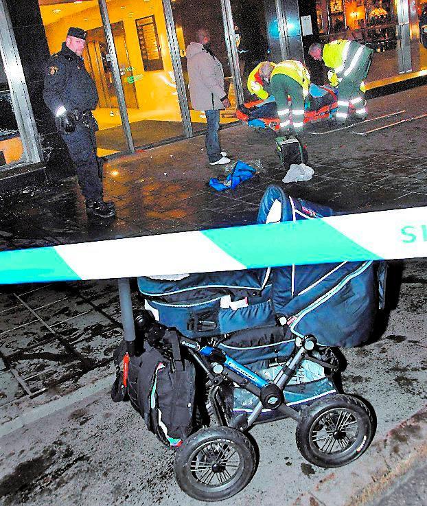FYRA MÅNADER Mannen körde upp på trottoaren – rakt på mamman och hennes fyra månader gamla baby. Händelsen inträffade vid ett i natt.