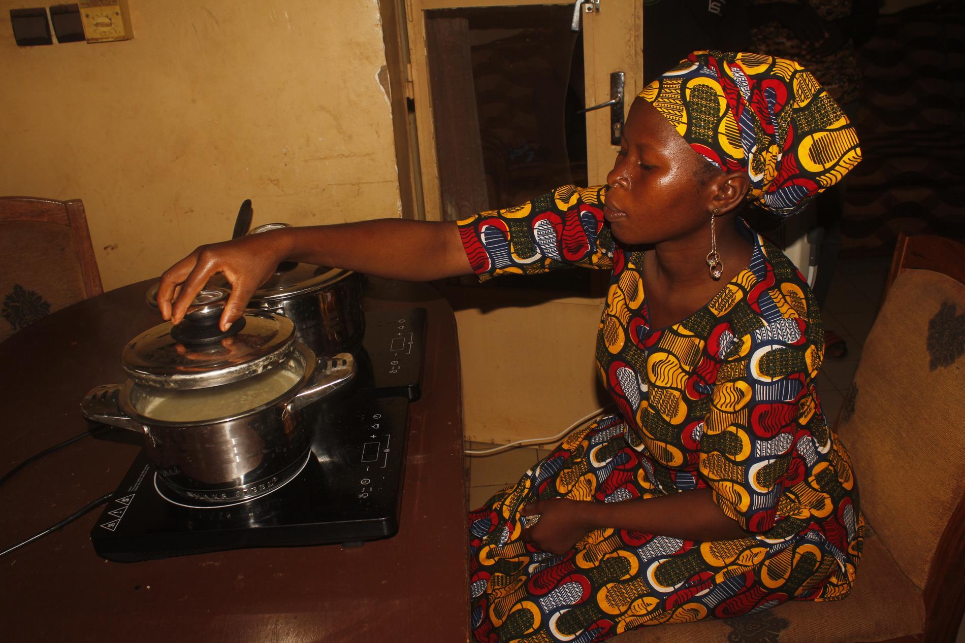 Issata Keitha som bor utanför Bamako i Mali använder Solar Boras solenergisystem.
