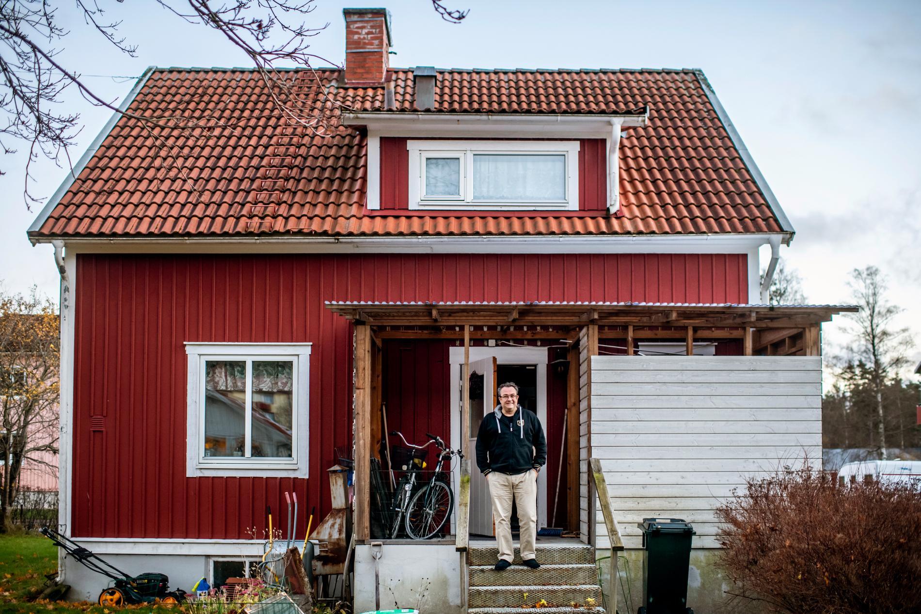 Degerfors ordförande Fredrik Rakar framför sitt hus som ligger cirka 50 meter från Stora Valla.