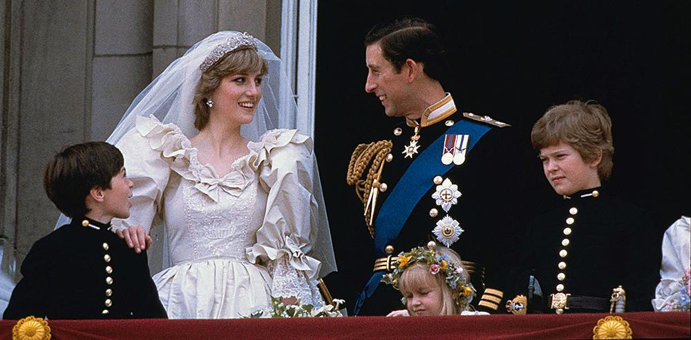 Efter vigseln klev Charles och Diana ut på balkongen vid Buckingham Palace.