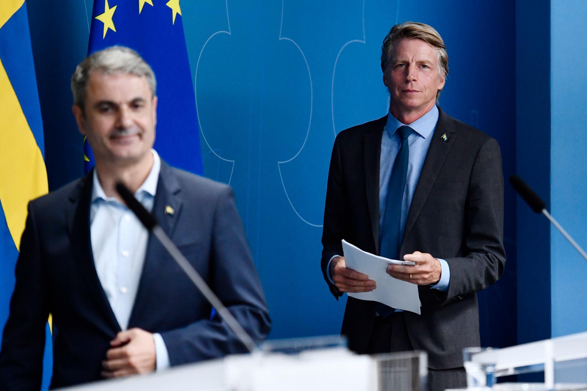 Ibrahim Baylan (S) och Per Bolund (MP) under presskonferensen om Cementa.