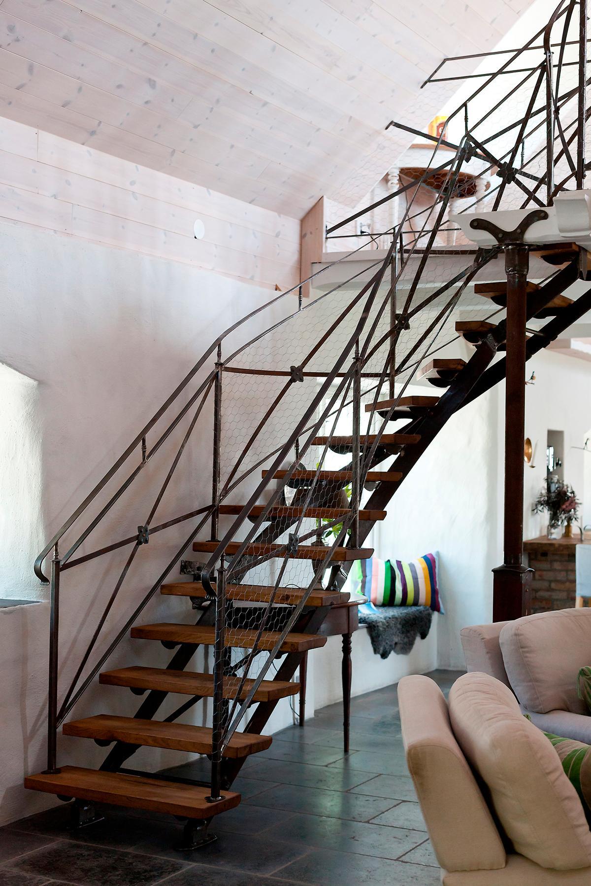 Trappan som är som en skulptur i det stora rummet är tillverkad av en lokal smed.
