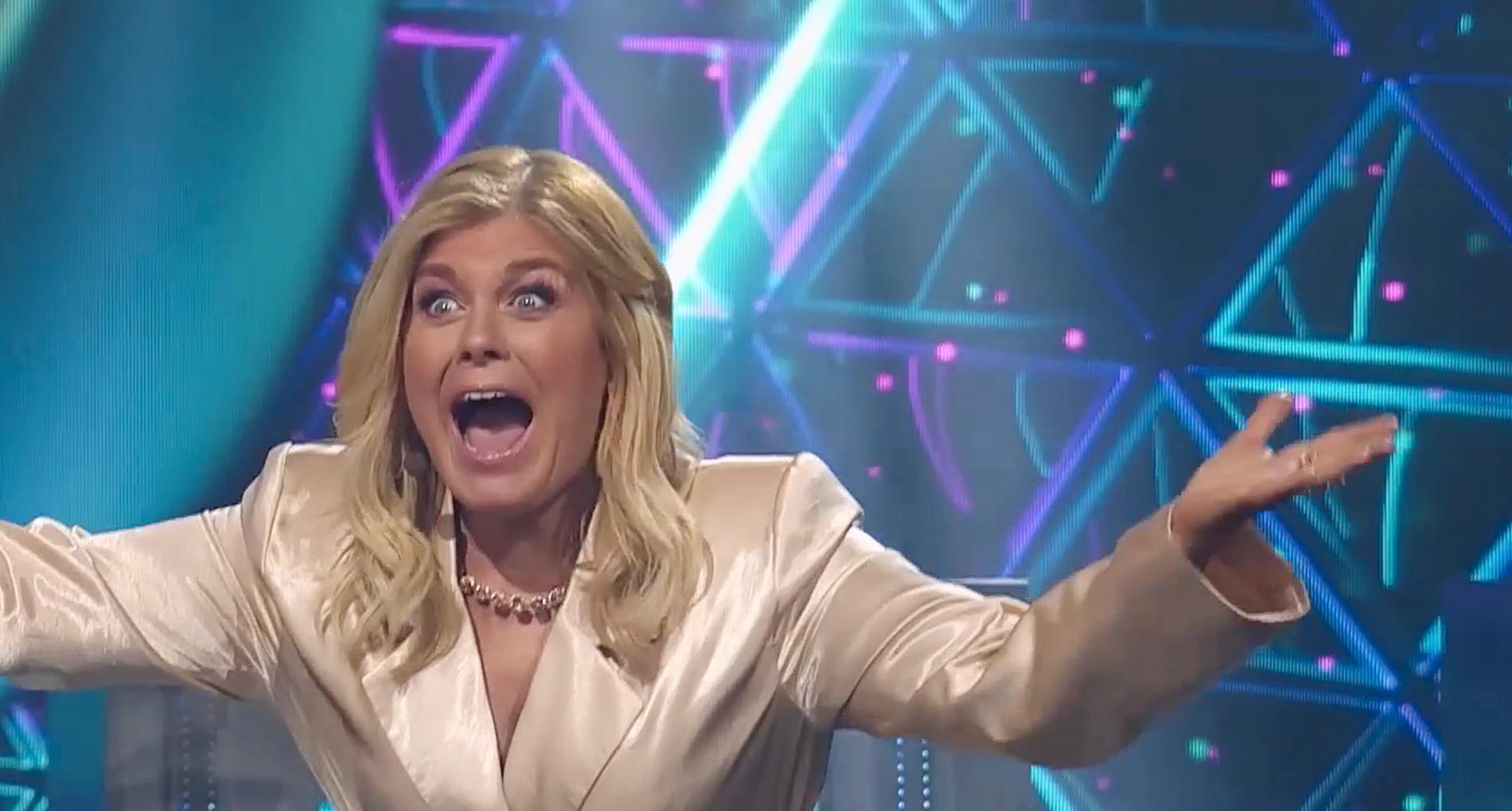 Pernilla Wahlgren sitter som jurymedlem i TV4:s fredagsunderhållning Masked Singer. I förra veckan åkte hon med vänner till Spanien och spelade padel.