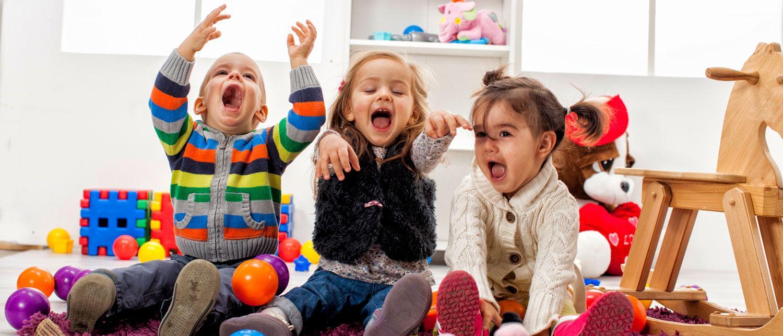 Barn mellan två och tre år tycker om att leka med kompisar.