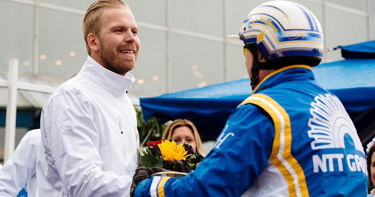 Johan Sjöstrand delar ut pris till  tränaren och kusken Veijo Heiskanen.´