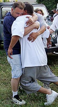 Daniel Agostos pappa, David Agosto, kollapsar i en väns famn efter ha funnit sin son död.